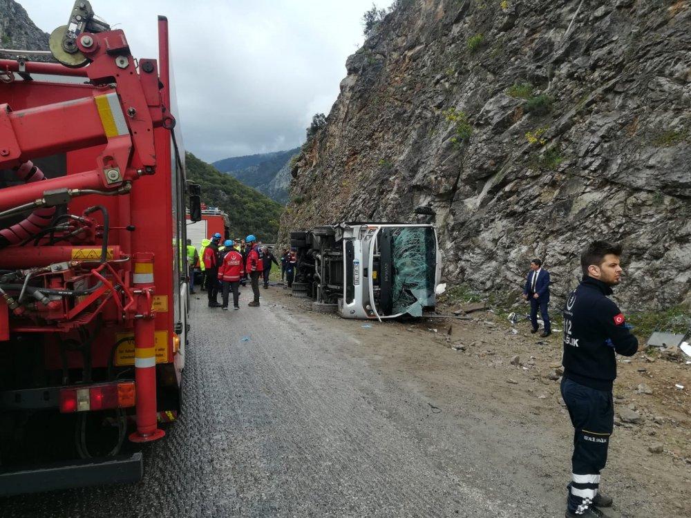 Antalya'da feci kaza! Midibüs devrildi: 3 ölü 17 yaralı...