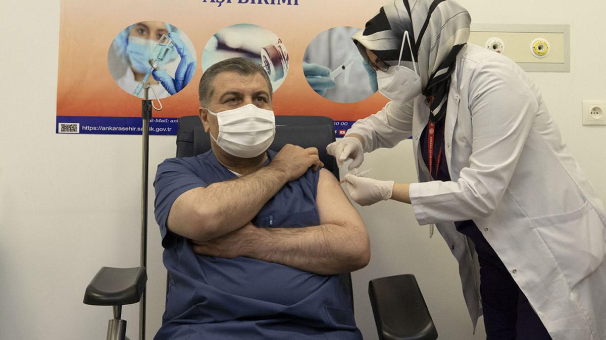 Bakan Koca canlı yayında korona aşısı oldu...