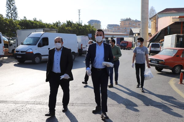 Başkan Toklu, Alanya Hali'nde maske dağıttı...
