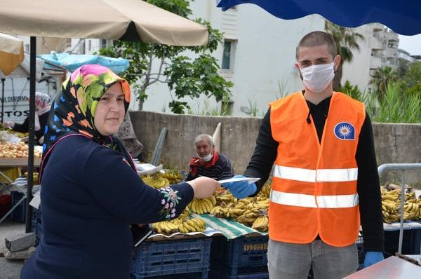 Antalya Büyükşehir Belediyesi birimleri Alanya'da maske dağıttı...