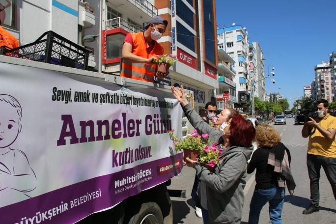 Başkan Muhittin Böcek'ten Anneler Günü çiçeği Hem anneler hem çiçek üreticisi sevindi...
