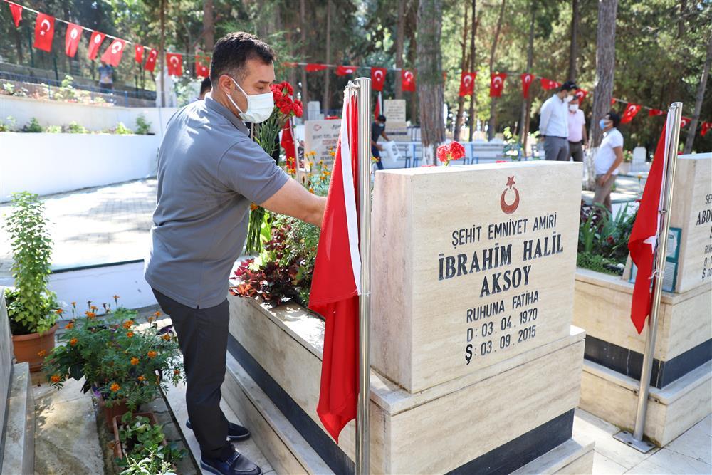 BAŞKAN YÜCEL'DEN ŞEHİTLİK VE MEZARLIĞA BAYRAM ZİYARETİ...