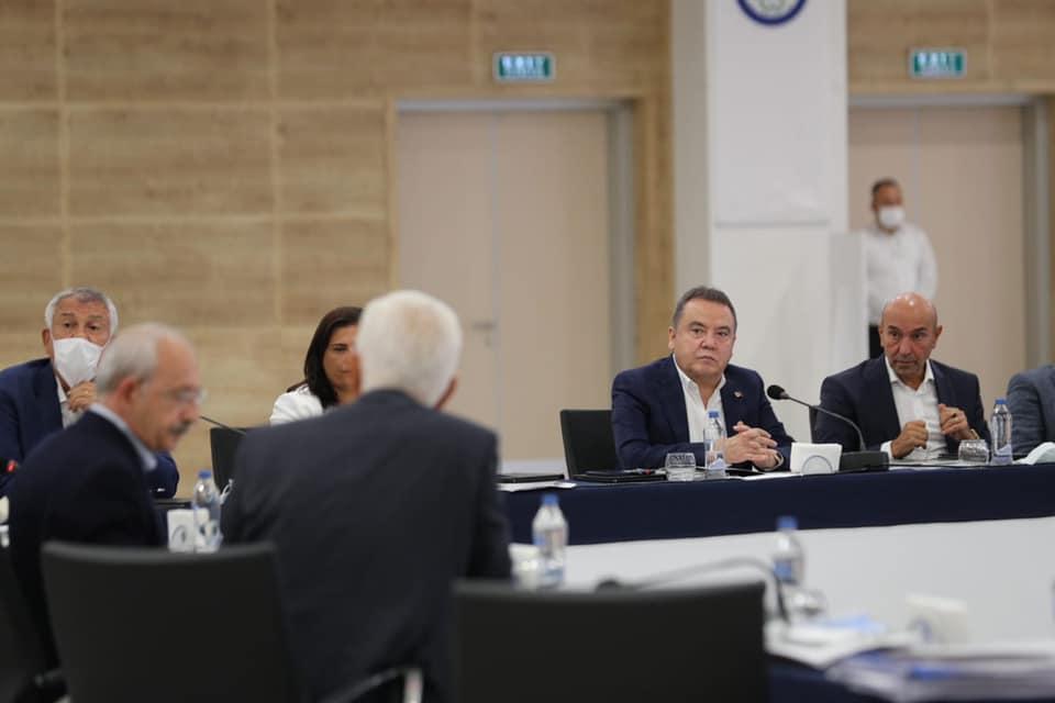 Başkan Böcek CHP'li Büyükşehir Belediye Başkanları Toplantısı'nda...