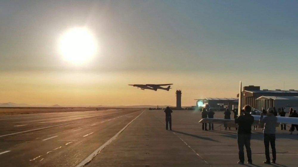 Dünyanın en büyük uçağı ilk uçuşunu yaptı...