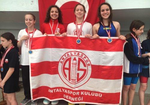Antalyaspor Yüzme Takımı İzmir'de madalyaları topladı...