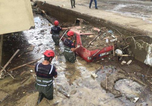 Büyükşehir İtfaiye ekibi selin vurduğu Kastamonu'da...